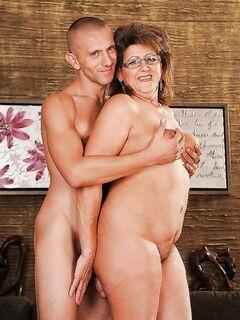 Любовник трахает зрелую пышечку на диване - секс порно фото