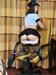 Стриптизерша в полицейской форме дрочит на столе - секс порно фото