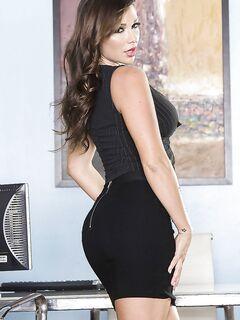 Грудастая секретарша мастурбирует в обеденный перерыв на рабочем столе - секс порно фото