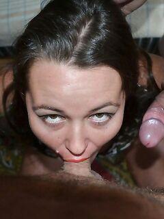 Стройные зрелки одновременно удовлетворяют троих парней - секс порно фото