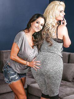 Грудастые милфы ублажают друг друга на диване - секс порно фото