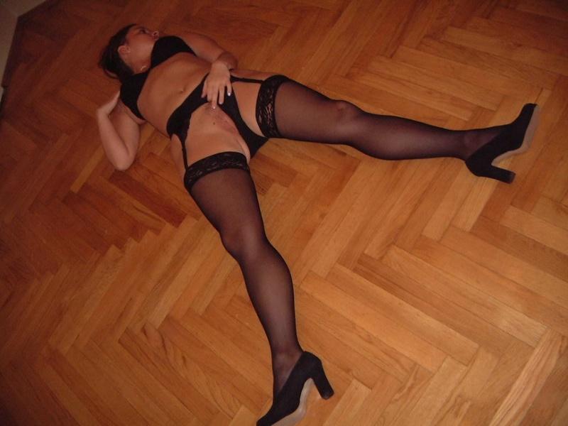 Куколка в чулках обнажает мокрую щелку - секс порно фото