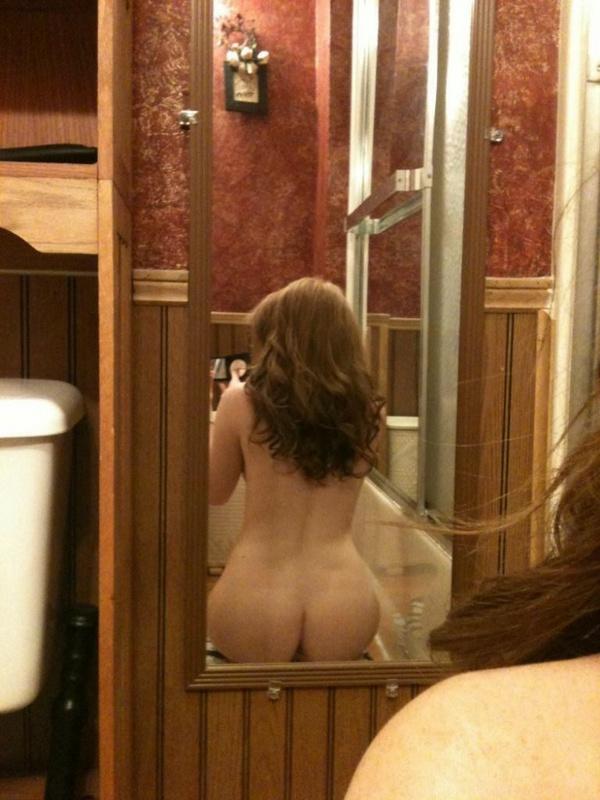 Молодая цыпочка любуется голым телом в зеркале - секс порно фото
