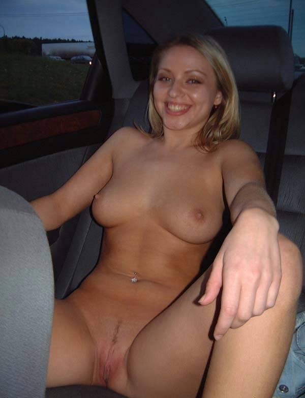 Блондинка разделась в машине и пошла гулять голышом - секс порно фото