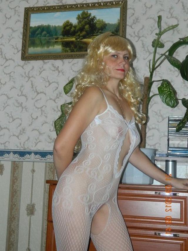 Белокурая мамочка позирует в эротичном белье перед мужем - секс порно фото
