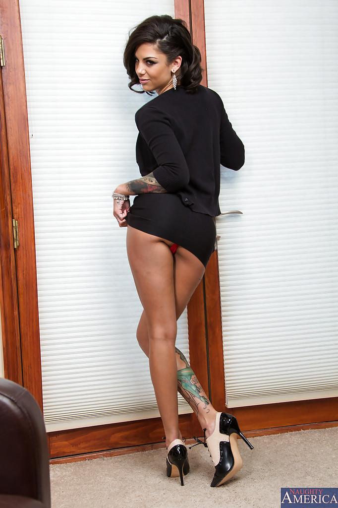 Татуированная цыпочка на коленях перед креслом - секс порно фото