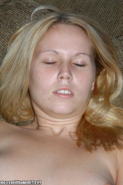 Студентка разогревает парня минетом и сладко трахается - секс порно фото