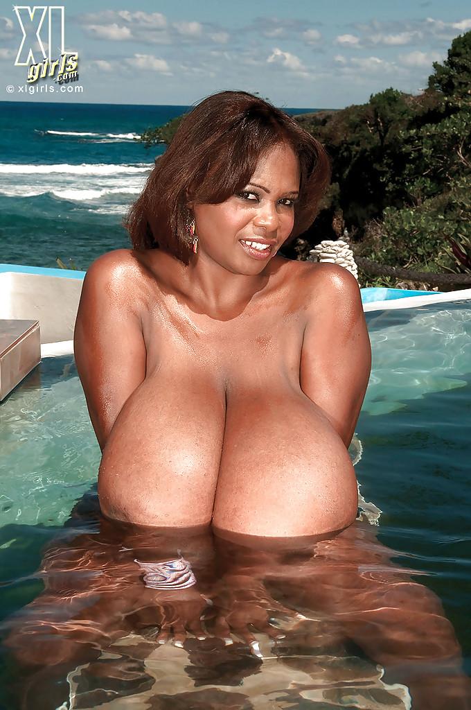 Мамочка мулатка с огромными дойками резвится в бассейне - секс порно фото