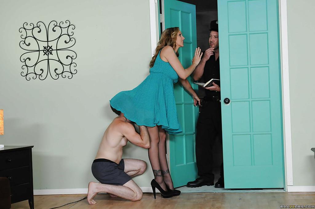 Страстную домохозяйку трахает полицейский на глазах её любовника - секс порно фото