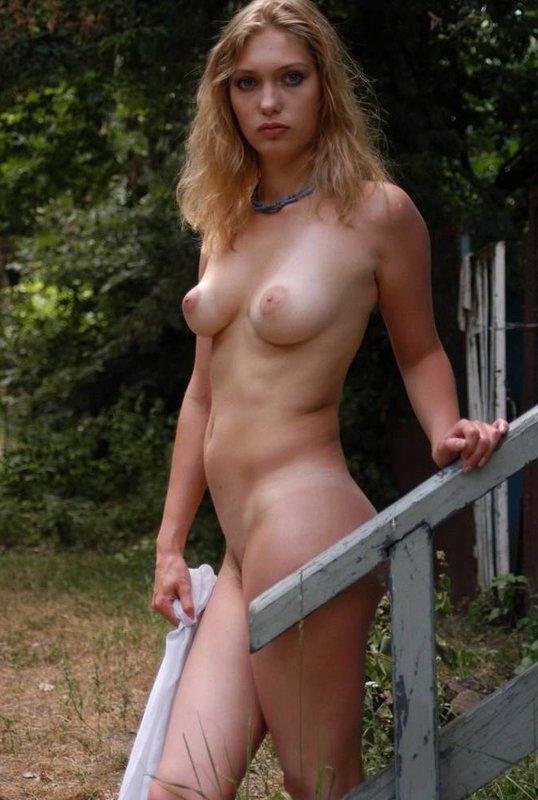 Голая куколка показала свои прелести на даче - секс порно фото