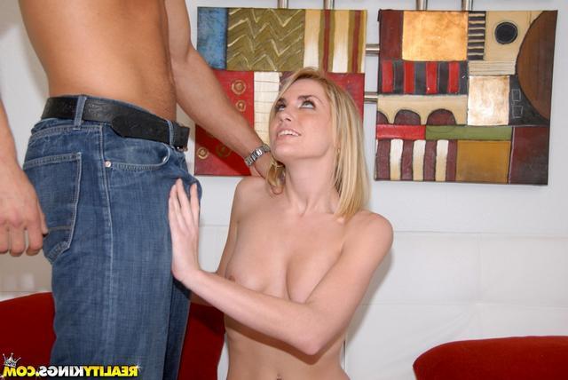 Блондинку трахают большим членом без презерватива - секс порно фото
