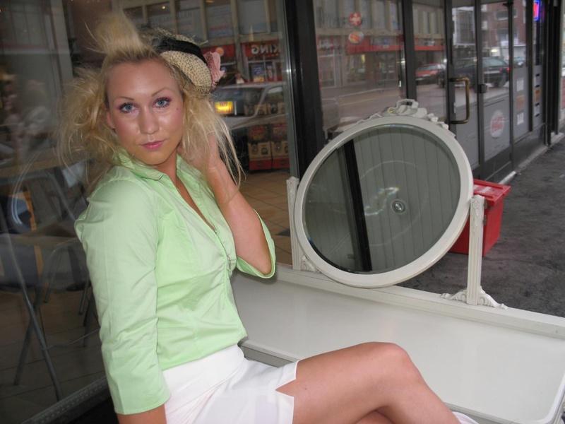 Дамочка обнажила свои формы в отеле - секс порно фото