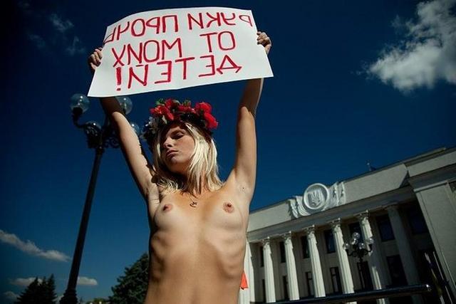 Феминистки гуляют по городу с голыми сиськами - секс порно фото