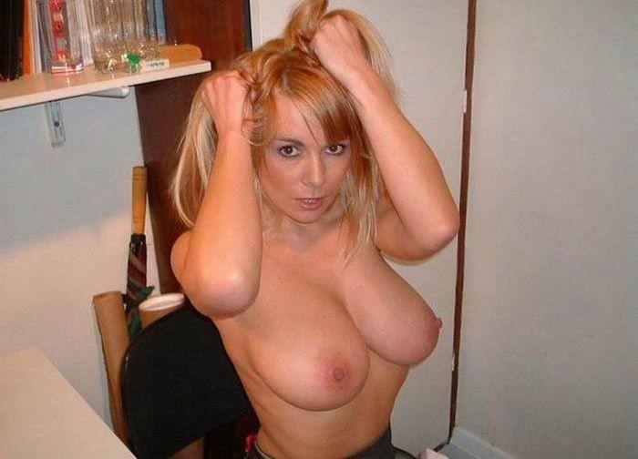 Милашки хвастаются голыми сиськами - секс порно фото