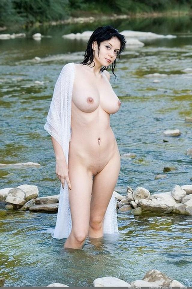 Стройные милашки позируют и показывают большие сиськи - секс порно фото