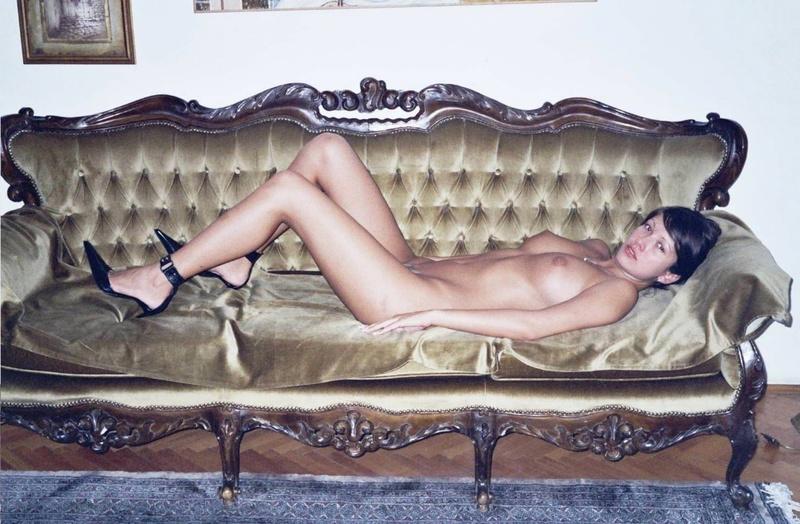Девица обнажает большие сиськи и выбритую киску - секс порно фото