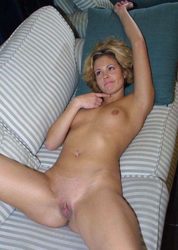 Белокурая девица хвастается упругой попкой и выбритой киской - секс порно фото