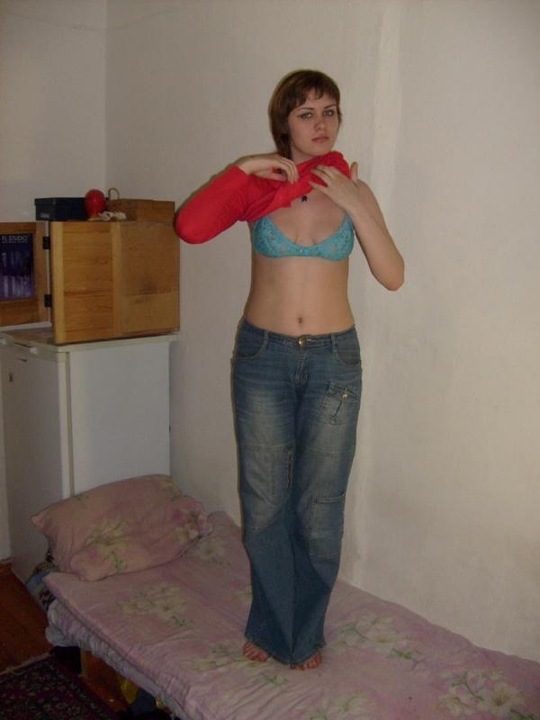 Провинциалка согласилась раздеться дома перед камерой - секс порно фото