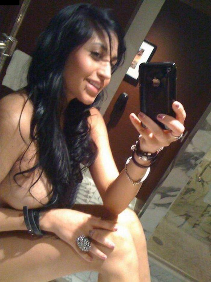 Голые телки снимают себя перед зеркалом - секс порно фото