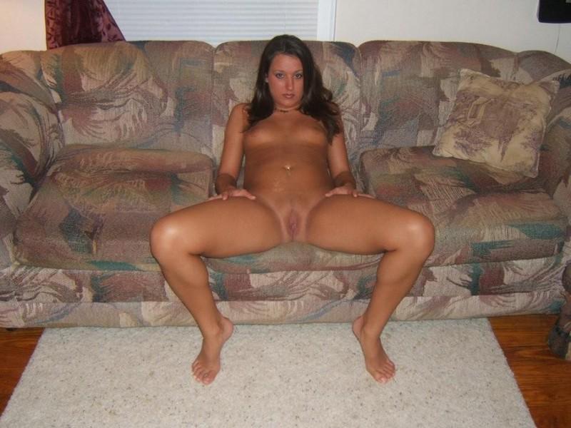 Красотка мастурбирует на диване и кровати - секс порно фото