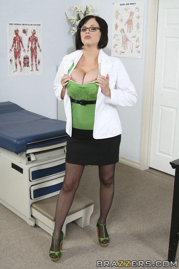 Докторша оголила большие сиськи в кабинете - секс порно фото