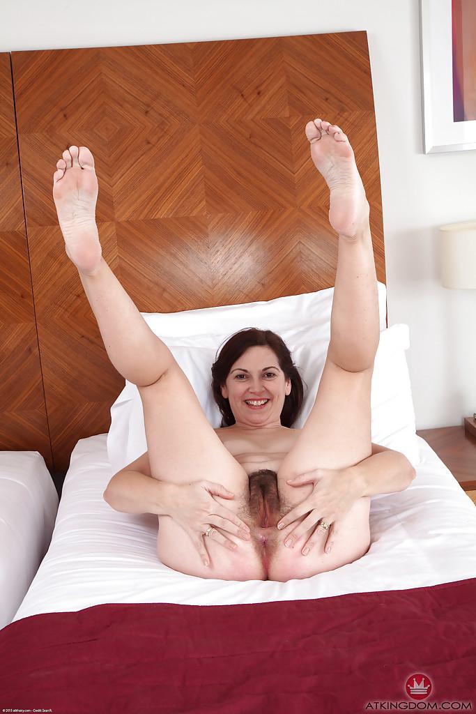 Волосатая пилотка 40-летней дамочки крупным планом - секс порно фото