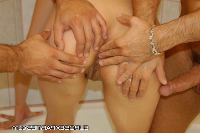 Парни жарят блондинку в попку в ванной - секс порно фото