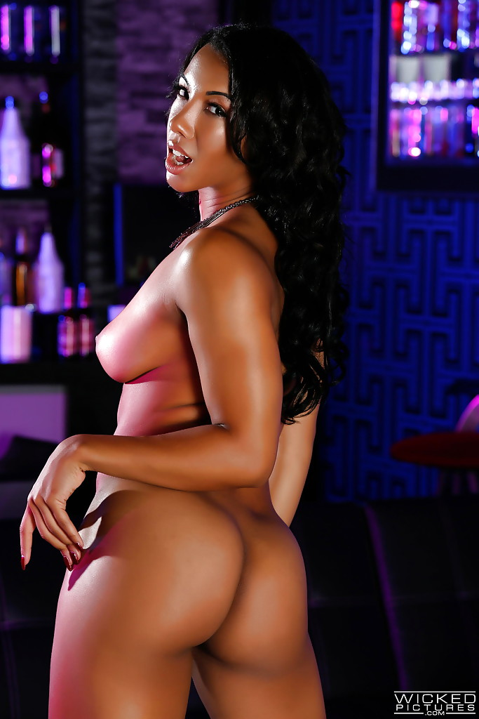 Спортивная мулатка танцует стриптиз в баре - секс порно фото
