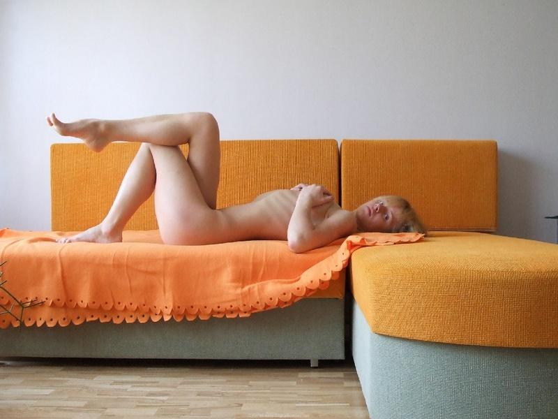 Блондинка позирует в нижнем белье - секс порно фото