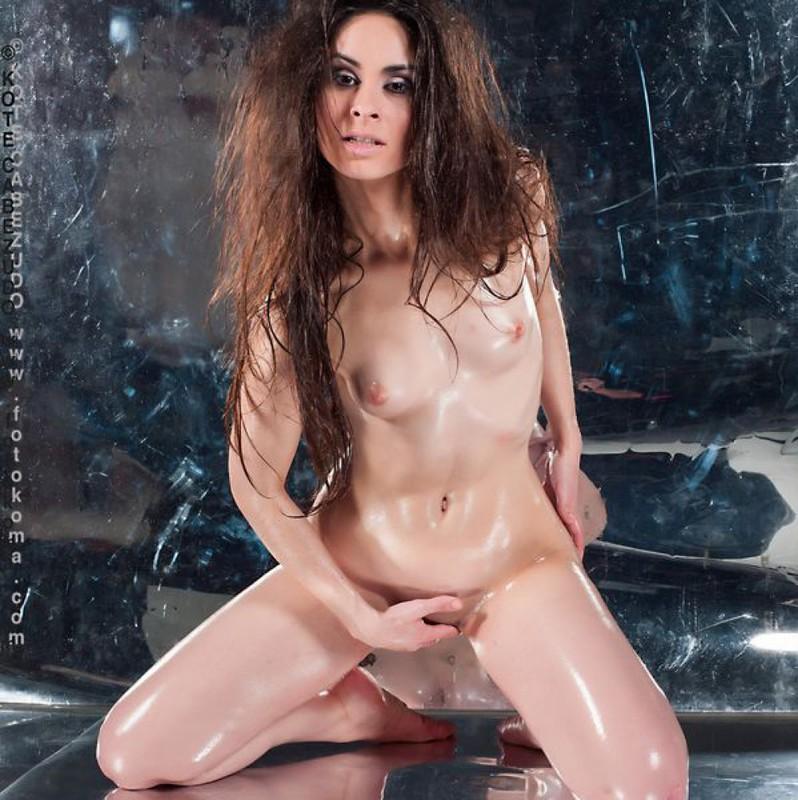 Голая худышка с маленькими сиськами мастурбирует в масле - секс порно фото