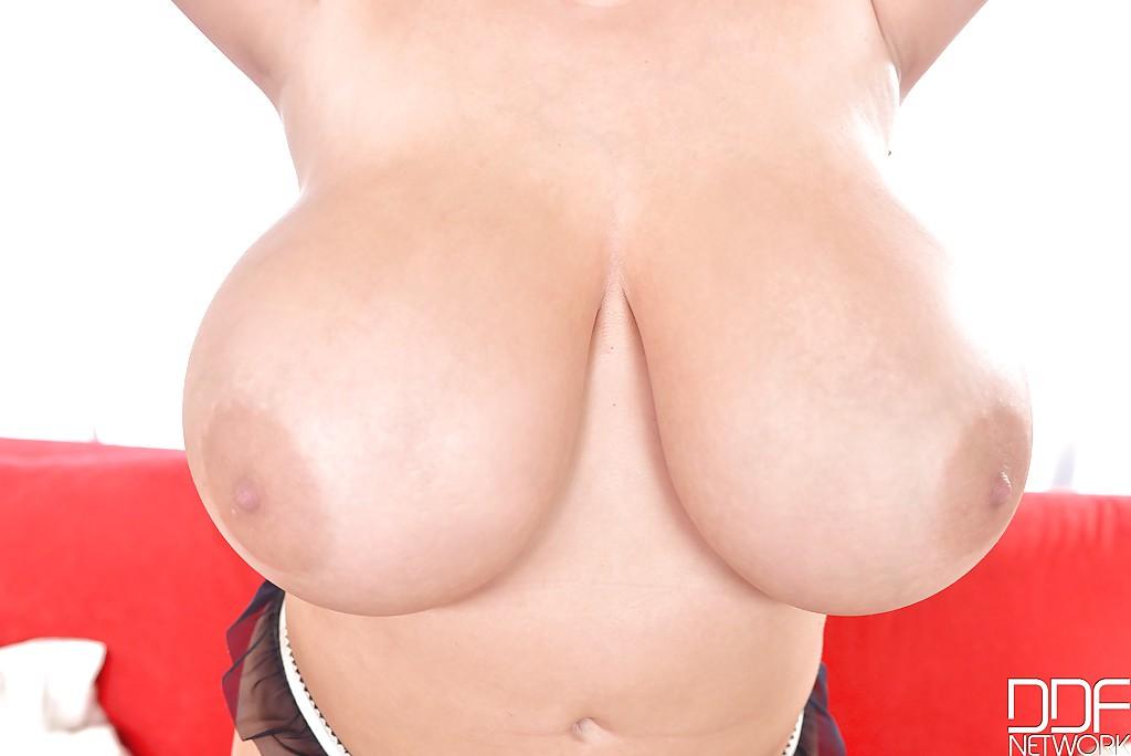 Брюнетка с огромной грудью растянулась на диване - секс порно фото