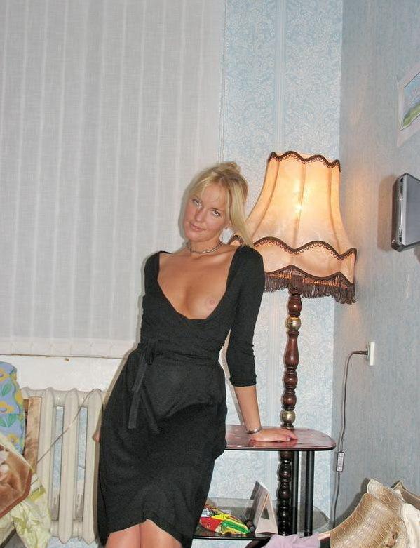 Одинокая домохозяйка ублажает себя на кровати - секс порно фото