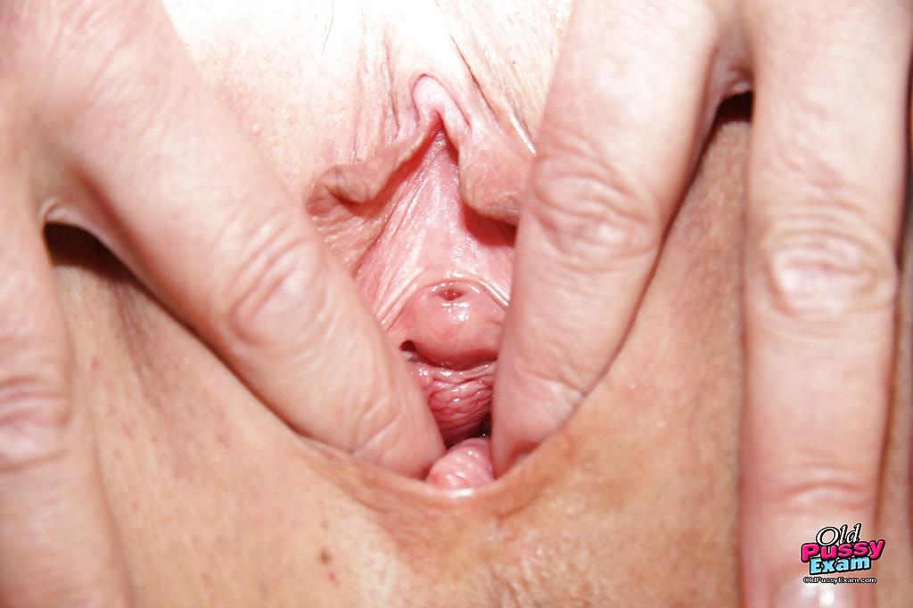50-летняя докторша мастурбирует на гинекологическом кресле - секс порно фото