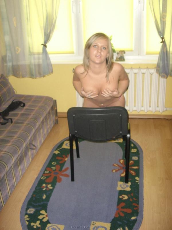 Русская цыпочка раздевается по пути в ванную - секс порно фото