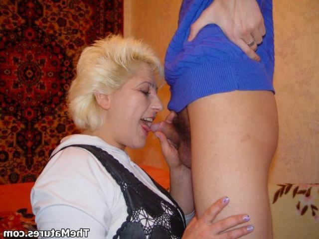 Парень ублажает грудастую мамочку - секс порно фото