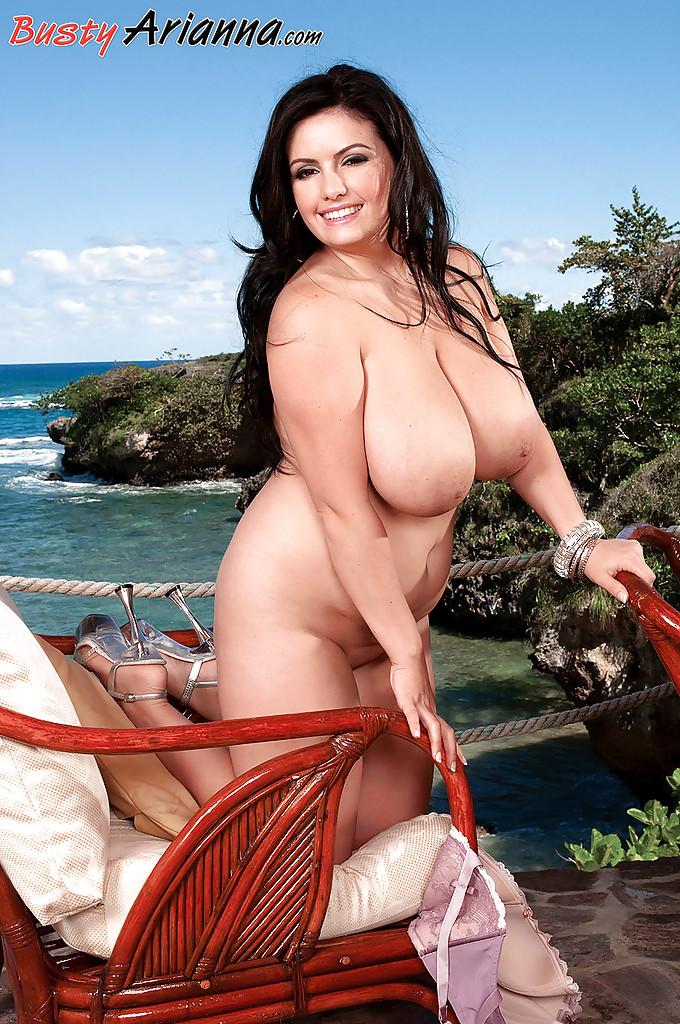 Пышнотелая европейка загорает голой на деревянном кресле - секс порно фото