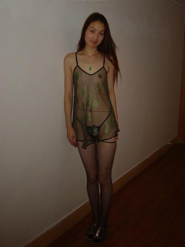 Бойфренд фотографирует азиатскую цыпочку голой дома и у неё в гостях - секс порно фото