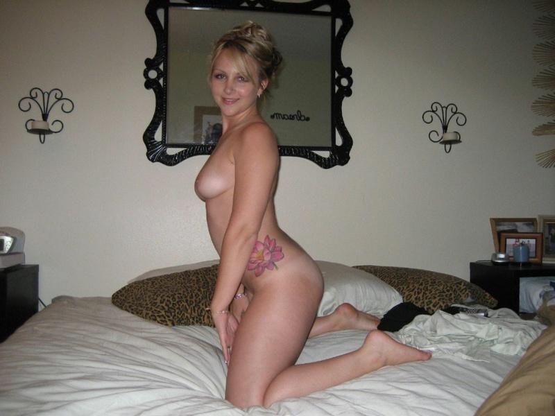 Татуированная телка снимает кружевное бельё в спальне - секс порно фото