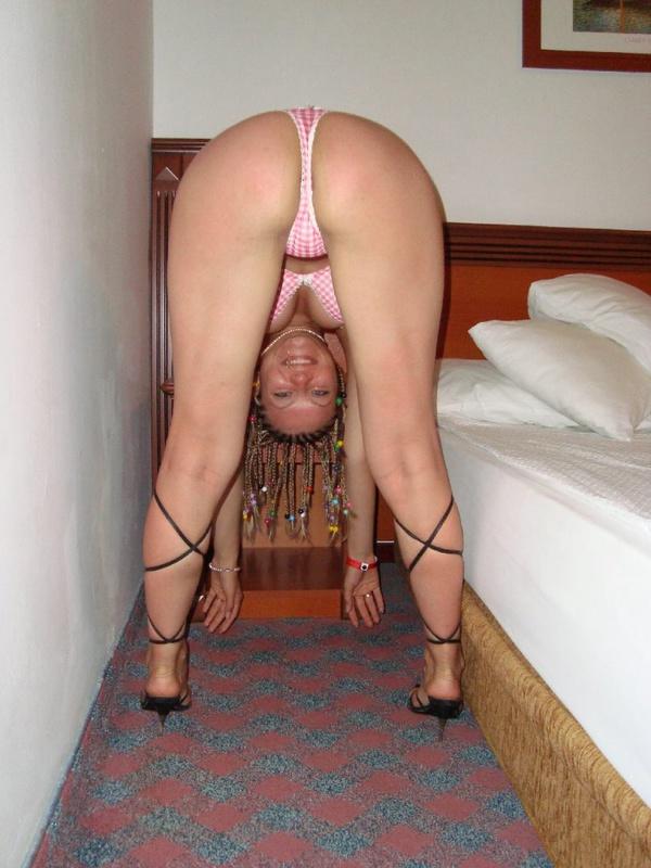 Грудастая девушка позирует перед камерой в отеле - секс порно фото