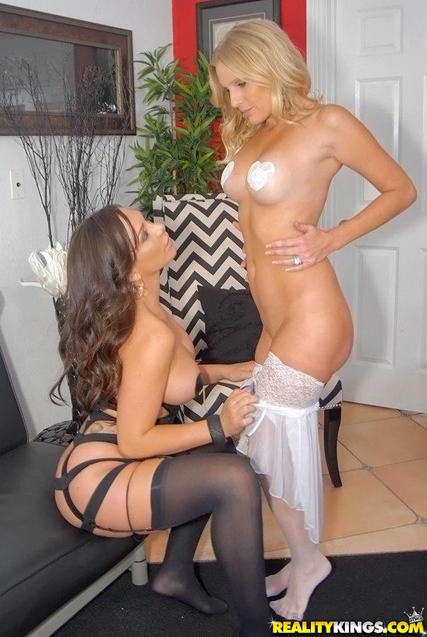 Две мамочки трахаются на диване - секс порно фото
