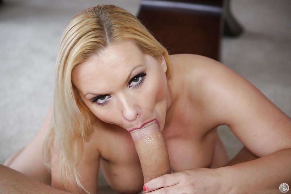 Блондинистая домохозяйка делает глубокий минет молодому любовнику - секс порно фото