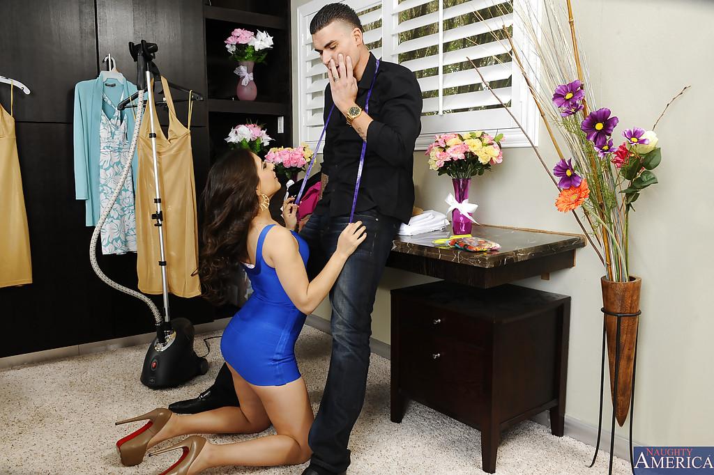Латинская красотка смачно отсасывает своему жениху на столе - секс порно фото