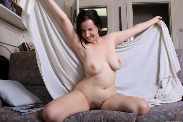 Скучающие домохозяйки раздеваются дома и на природе - секс порно фото