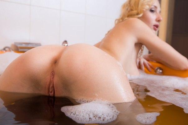 Анальные дырочки и бритые киски крупным планом - секс порно фото