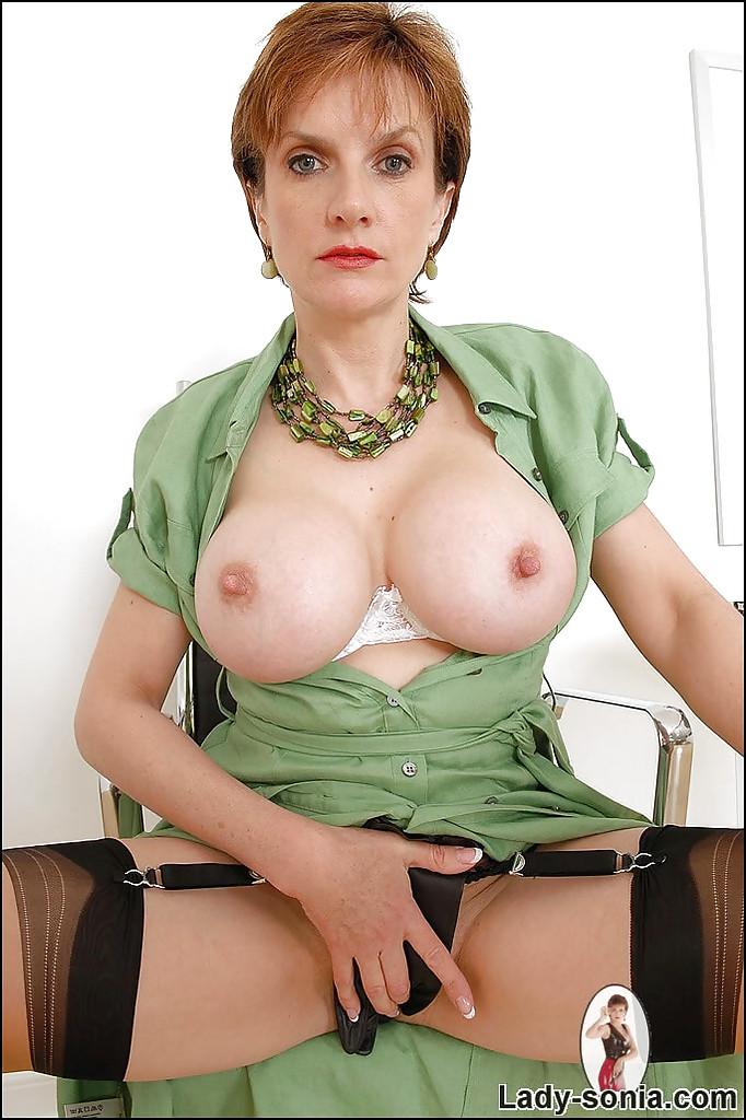 Британская зрелка с большой грудью мастурбирует в кресле - секс порно фото