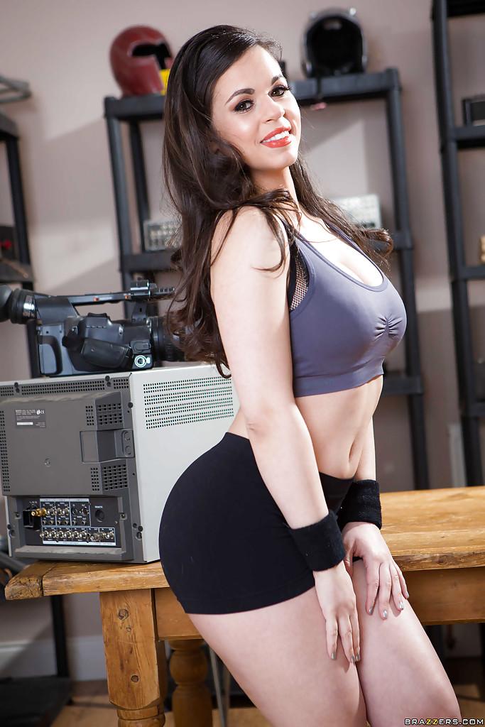 Телка в обтягивающих шортах раздевается в мастерской парня - секс порно фото