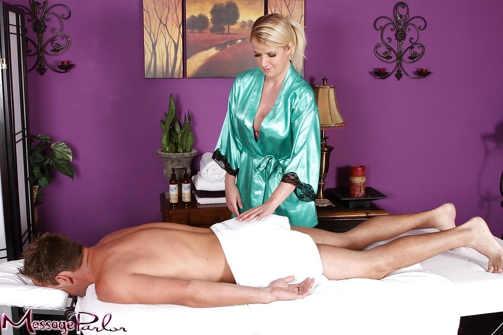 Стройная мамочка делает сексуальный массаж своему клиенту - секс порно фото