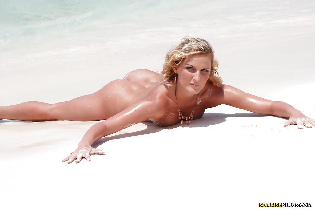 Фигуристая модель позирует голой на берегу - секс порно фото