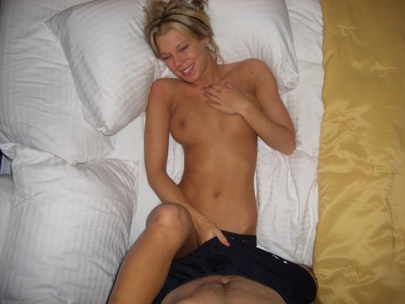 Длинноногая блондинка принимает душ и прогуливается по дому голышом - секс порно фото
