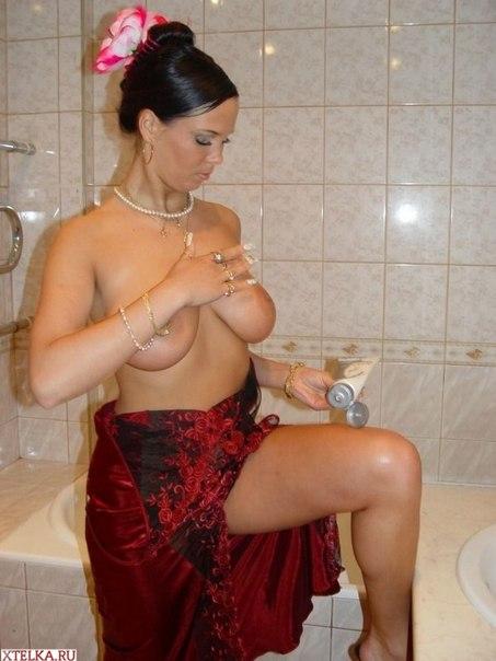 Большегрудая брюнетка смазывает своё тело кремом - секс порно фото